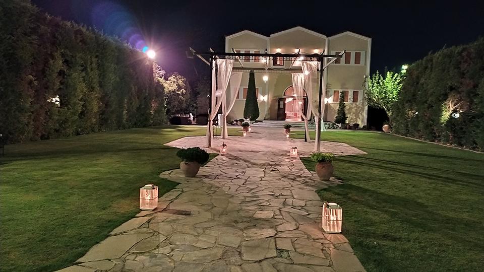 Είσοδος σε δεξίωση γάμου στο κτήμα.